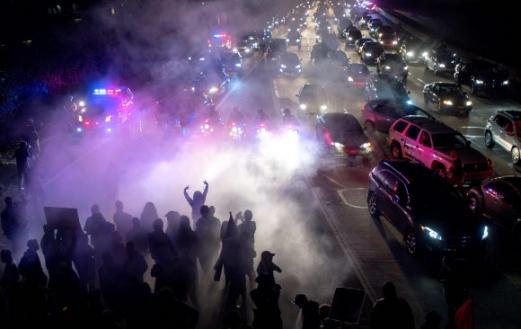 캘리포니아주 오클랜드의 580번 고속도로에서 샬러츠빌 사태를 비난하기 위해 모인 시위대가 행진을 벌이는 모습. 오클랜드 AFP 연합뉴스