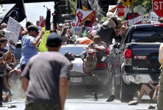 충격의 순간…美 서부로 확산  12일(현지시간) 미국 버지니아주 샬러츠빌에서 백인우월주의자들과 흑인 민권단체 회원들이 몸싸움을 벌이고 있는 가운데 백인 남성이 운전한 차량 한 대가 반대편 시위대로 돌진해 사람들이 쓰러지고 있다. 이 사고로 1명이 숨지고 34명이 중경상을 입었다(사진 왼쪽).  샬러츠빌 AP 연합뉴스