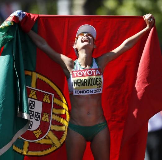 포르투갈 Ines Henriques가 13일(현지시간) 영국 런던에서 열린 '2017 런던 세계육상선수권대회' 여자 50km 경보에서 우승을 차지하고 기뻐하고 있다. AP 연합뉴스