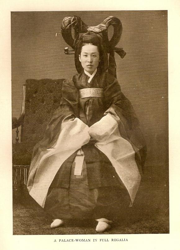 1975년 프랑스에서 발견된 'La Coree'에 실린 명성황후 사진 지금까지 국내에 명성황후로 추정된다고 역사책 등에 소개됐던 사진. 그러나 이 사진을 처음 게재한 호머 헐버트씨는 1906년 발간된 '한국 견문기' 138쪽에서 '궁녀'라고 소개하고 있다. 고종의 밀서를 갖고 미국으로 건너가기도 했던 헐버트는 당시 궁궐 사정에 정통했던 외국인이어서 '궁녀'라는 기술이 정확한 것으로 추정돼 더이상 이 사진은 명성황후로 거론되지 말아야 할 것이라고 테리 베닛씨는 밝혔다 -테리 베닛씨 제공-  2006.07.25 (로스엔젤레스)