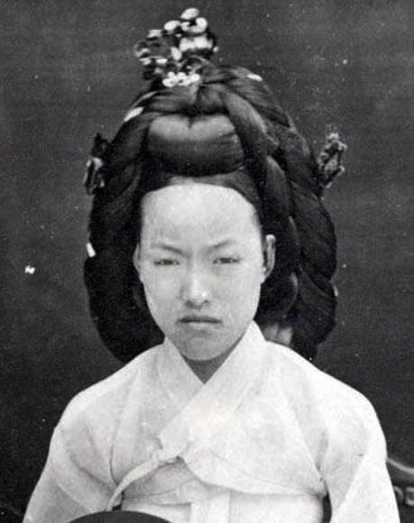 독일인의 사진첩 속 '시해된 왕비' 사진 1894년부터 1895년까지 한국을 방문했던 독일인의 사진첩에 등장하는 사진중에 명성황후로 추정된 사진. -테리 베닛씨 제공-  2006.07.25 (로스엔젤레스=연합뉴스)