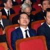 김대중 대통령 서거 8주기서 만난 여야 대표들…졸고 있는 홍준표?