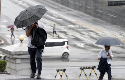 강원 일부 내륙지방에 호우주의보가 발효된 24일 오전 강원 춘천시 법원삼거리에서 우산을 쓴 시민들이 출근길을 재촉하고 있다.  연합뉴스