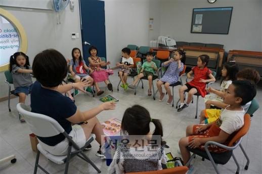 지난 24일 서울 강서구 화곡4동 강서영어도서관 영어 교육 프로그램에 참가한 아이들이 강사와 함께 손짓을 하며 영어로 이야기하고 있다.