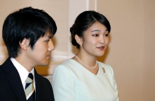 3일(현지시간) 아키히토 일왕의 큰손녀인 마코 공주와 대학 동기인 고무라 게이가 약혼을 발표하고 있다. AFP 연합뉴스