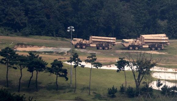 경북 성주에 배치된 사드 미군이 지난달 10일 경북 성주 사드(THAAD?고고도미사일방어체계) 기지에 추가로 반입한 사드 발사대 시설 보강공사를 하고 있다.  연합뉴스