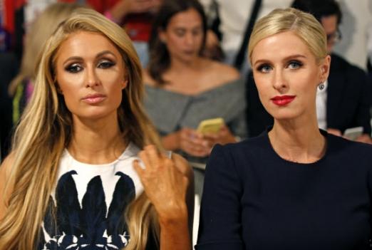 패리스 힐튼(왼쪽)과 그녀의 동생 니키 힐튼이 11일(현지시간) 미국 뉴욕 시티에서 열린 '뉴욕 패션 위크' 중 'the Oscar de la Renta 봄/여름 2018 패션쇼'의 시작을 기다리고 있다. AP 연합뉴스