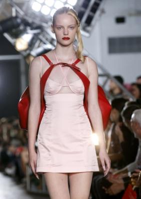 모델이 11일(현지시간) 미국 뉴욕 시티에서 열린 '뉴욕 패션 위크' 중 Shayne Oliver의 Helmut Lang의 작품을 선보이고 있다. AP 연합뉴스