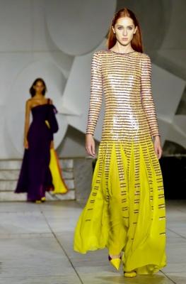 모델이 11일(현지시간) 미국 뉴욕 시티에서 열린 '뉴욕 패션 위크' 중 Carolina Herrera collection의 작품을 선보이고 있다. AP 연합뉴스