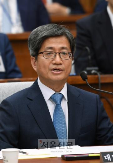 김명수 대법원장후보자가 13일 오전 여의도 국회에서 열린 인사청문회에서 의원들의 질문에 밥하고 있다.2017.09.13  강성남 선임기자 snk@seoul.co.kr