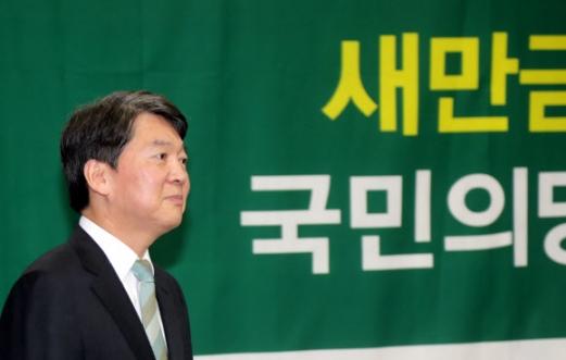 전북 방문한 안철수 안철수 국민의당 대표가 13일 오전 전북도청을 방문해 회의장으로 들어가고 있다. 2017.9.13 연합뉴스
