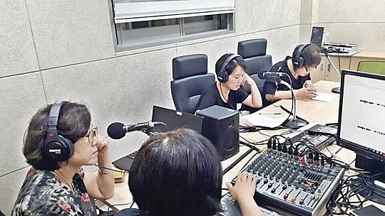 라디오 드라마 성우들이 노원구청이 마련해준 NPO녹음실에서 녹음하고 있다.