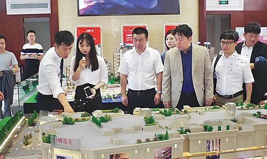 닝샹시 경제개발구 내 2019년 3월 신규 오픈 예정인 동양 최대 백화점 설명회. 오른쪽에서 세 번째가 장창남 회장.