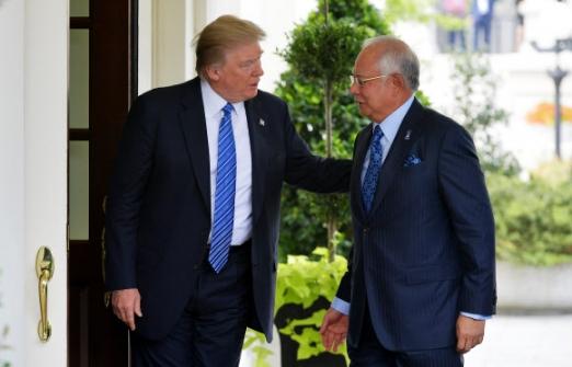"""도널드 트럼프(왼쪽) 미국 대통령이 12일(현지시간) 미 워싱턴DC 백악관에서 나집 라작 말레이시아 총리를 반갑게 맞이하고 있다. 트럼프 대통령은 이날 나집 총리와의 회동 후 유엔 안전보장이사회의 대북 제재 결의안에 대해 """"이것은 아주 작은 걸음에 불과하다""""면서 """"궁극적으로 일어나야 할 일에 비하면 아무것도 아니다""""라고 말했다. 워싱턴 AFP 연합뉴스"""
