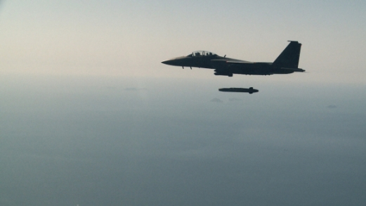 지난 12일 충남 태안반도 인근 서해 상공으로 출격한 F15K 전투기가 평양의 북한 지도부 핵심 시설을 정밀 타격할 수 있는 능력을 갖춘 타우루스 장거리 공대지 유도미사일을 발사하고 있다. 공군 제공