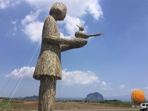 아픔의 역사를 간직한 알뜨르비행장에 설치된 최평곤 작가의 '파랑새'. 저 멀리 산방산이 보인다.