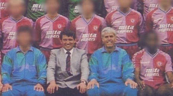 1988~89시즌 아스턴 빌라의 퍼스트팀 팀원들과 함께 포즈를 취한 그레이엄 테일러(아래 오른쪽 두 번째) 감독과 데이브 리처드슨 부감독. 토니 브리엔 제공 BBC 홈페이지 캡처
