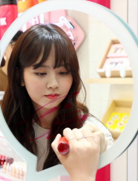 거울에 사인하는 김소현