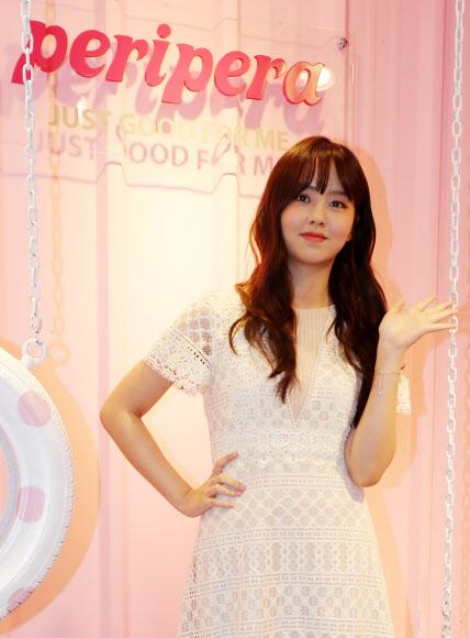 김소현, 분홍빛 배경에서 찰칵