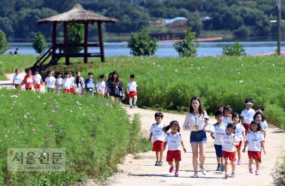 청명한 가을날씨를 보인 14일 경기도 구리 한강시민공원에서 나들이 나온 어린이들이 가을날씨를 즐기고 있다.  정연호 기자 tpgod@seoul.co.kr