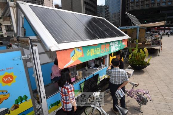 14일 서울광장에서 열린 '2017 서울 태양광 엑스포'를 찾은 사람들이 태양광 에너지 카페를 체험하고 있다. 도준석 기자 pado@seoul.co.kr
