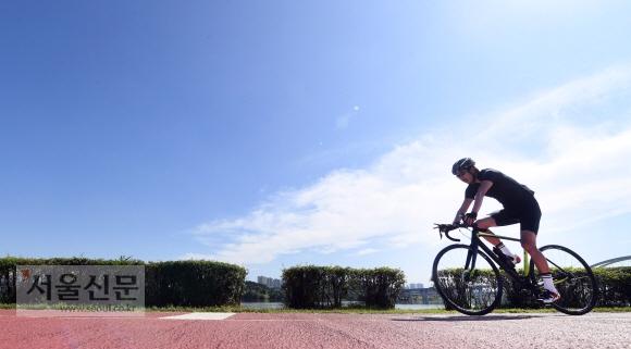 청명한 가을날씨를 보인 14일 경기도 구리 한강시민공원에서 시민들이 자전거를 타며 가을날씨를 즐기고 있다. 정연호 기자 tpgod@seoul.co.kr