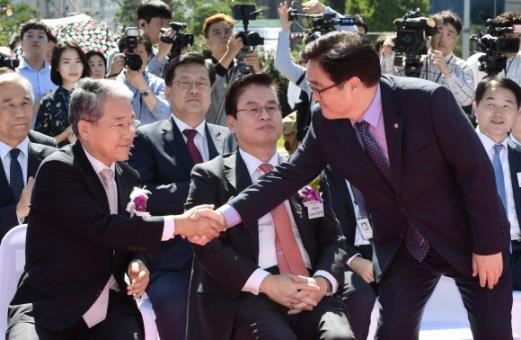14일 국회 잔디마당에서 열린 '2017 대한민국 청년일자리 박람회' 개회식에 참석한 더불어민주당 우원식(오른쪽) 원내대표와 국민의당 김동철(왼쪽) 원내대표가 악수를 하고 있다. 가운데는 자유한국당 정우택 원내대표. 도준석 기자 pado@seoul.co.kr