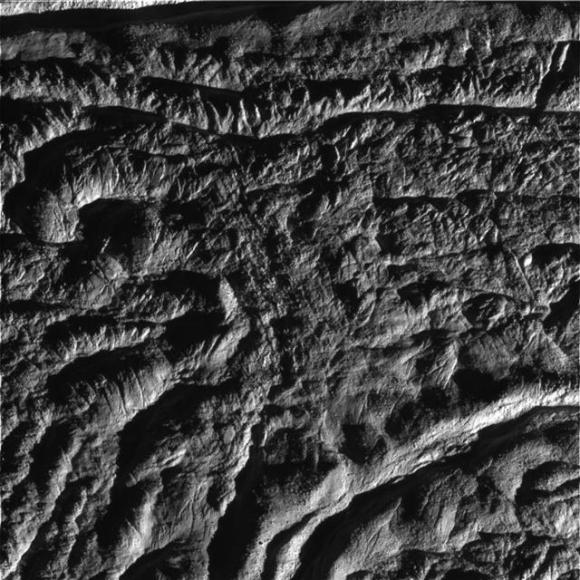 카시니호가 근접촬영한 토성의 위성 엔켈라두스 표면의 모습. AP 연합뉴스