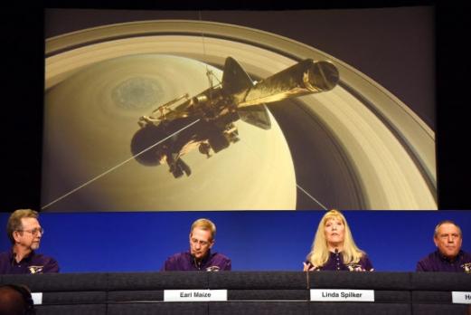 """13일(현지시간) 미국 항공우주국(나사) 제트추진연구소 연구팀이 캘리포니아주 패서디나 연구소에서 열린 기자회견에서 """"카시니호가 15일 토성 대기권에 진입해 산화할 예정""""이라고 발표하고 있다. 1997년 10월 15일 플로리다주 케네디 우주센터에서 발사돼 2004년 7월 토성 궤도에 진입한 카시니호는 지난 14년 동안 토성과 그 위성인 타이탄, 엔켈라두스 등을 다니며 물의 존재를 확인해 생명체 서식 가능성을 알리는 역할을 했다. 패서디나 AFP 연합뉴스"""