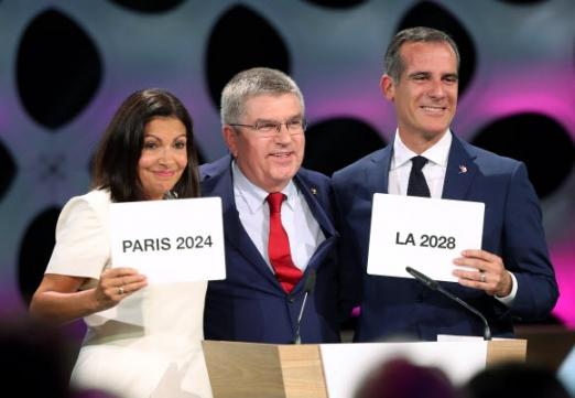 안 이달고(왼쪽) 프랑스 파리 시장과 에릭 가세티(오른쪽) 미국 로스앤젤레스 시장이 13일(현지시간) 페루 리마에서 열린 국제올림픽위원회(IOC) 총회에서 각각 2024년과 2028년 하계올림픽 개최 도시로 확정된 뒤 토마스 바흐 IOC 위원장과 포즈를 취하고 있다. 리마 EPA 연합뉴스