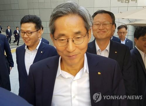 윤종규(가운데) KB금융지주 회장 겸 국민은행장 연합뉴스
