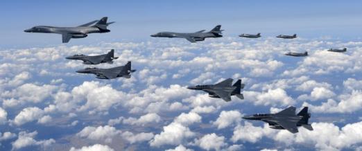 한·미 공군, 고강도 대북 무력시위  북한이 6차 핵실험에 이어 지난 16일 일본 상공을 지나는 중장거리탄도미사일 화성12형을 발사한 가운데 미군 전략자산인 F35B 스텔스 전투기 4대와 B1B 전략폭격기 2대가 한반도로 출격해 공군 F15K 전투기 4대와 함께 무력 시위를 전개하고 있다. F35B 등은 군사분계선 인근까지 북상했으며 강원 태백시 필승사격장에서 실무장 폭격훈련을 실시한 뒤 복귀했다. F35B가 북한 인근 최근접 상공까지 비행한 것은 이번이 처음이다. 공군 제공