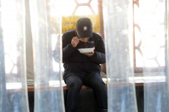 노량진에서 혼자 컵밥을 먹는 공시생. 서울신문 DB