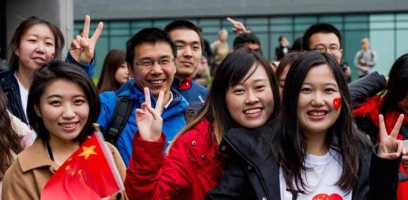 2015년 10월 영국 북서부 맨체스터대 국립그래핀연구소에서 중국 유학생들이 이곳을 방문한 시진핑 국가주석을 열렬히 환영하고 있다. AFP 연합뉴스