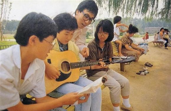 라디오 프로그램 진행자로도 큰 인기를 모으고 있던 가수 이문세를 야외에서 만나 인터뷰했다. 사진은 이문세(왼쪽 세번째)가 공원에서 만난 학생들에게 기타를 가르쳐 주는 모습.