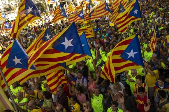스페인 카탈루냐 주민들이 9월 11일 카탈루냐의 날을 맞아 바르셀로나에서 대규모 집회를 열고 독립기를 흔들며 분리독립을 주장하고 있다. 바르셀로나 AP 연합뉴스