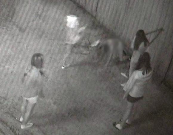 부산에서 여중생들이 또래를 폭행해 피투성이로 만든 사건. CCTV 캡처=연합뉴스