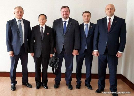 북한 방문한 러시아 의원들 북한을 방문했던 러시아 국가두마(하원) 안톤 모로조프 의원(왼쪽 셋째)과 동료 의원(오른쪽 첫째,둘째)들이 알렉산드르 마체고라 주북 러시아 대사(왼쪽)와 기념촬영을 하고 있다. 모로조프 의원은 블룸버그 인터뷰에서 북한이 더 강력한 장거리 미사일 시험을 준비하고 있다고 밝혔다. 2017.10.7 [페이스북 캡처]연합뉴스