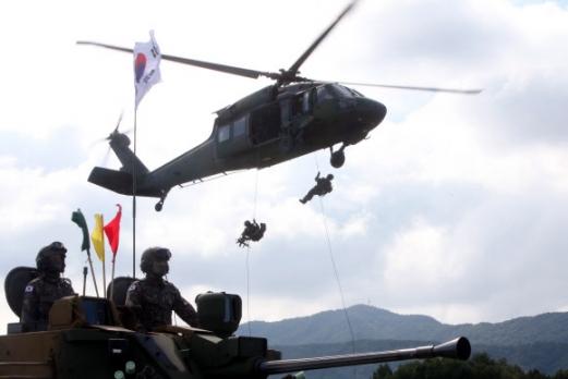 헬기 하강하는 특전사 대원들