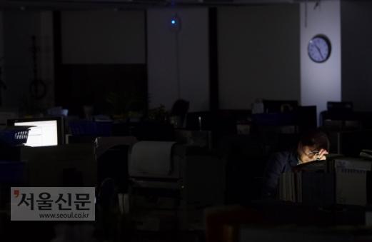 오늘도 밤 11시 퇴근이다  퀭한 눈으로 늦은 밤까지 사무실을 지키는 올빼미 직장인은 낯설지 않다. 야근과 특근이 일상이 된 사회에서 노동자는 조직 내 헌신을 끝없이 강요받는다. 하지만 일하다 쓰러진 뒤 국가와 기업은 치열하게 개인적인 문제와 원인을 찾아내 자신들의 책임을 회피한다. 과로사회의 비극이다. 이호정 전문기자 hojeong@seoul.co.kr