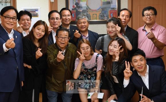 송해씨가 종로 송해길보존회 사무실에서 제1회 종로 송해가요제 수상자들에게 시상하고 수상자, 회원들과 함께 기념사진을 찍고 있다.