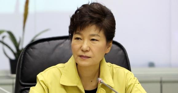 2014년 4월 16일 세월호 참사 당시 브리핑을 듣고 있는 박근혜 전 대통령.  청와대 제공