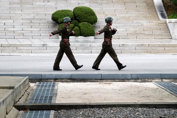 이동하는 북한 경비병
