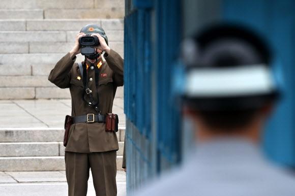 남쪽 관측하는 북한 경비병