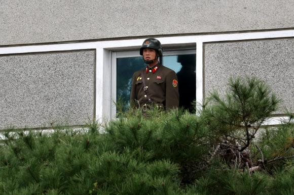 남측 바라보는 북한 경비병