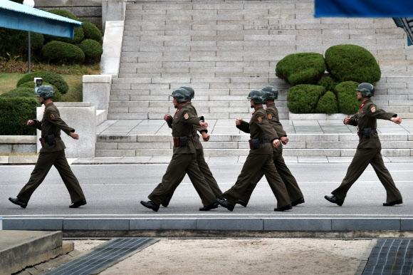 줄지어 이동하는 북한 경비병