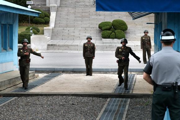군사분계선으로 이동하는 북한경비병