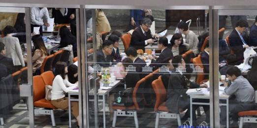 국정감사 첫날인 12일 국회 농림축산식품해양수산위원회와 보건복지위원회 국정감사장 앞 복도에서 피감기관 공무원이 분주히 움직이고 있다. 이종원 선임기자 jongwon@seoul.co.kr