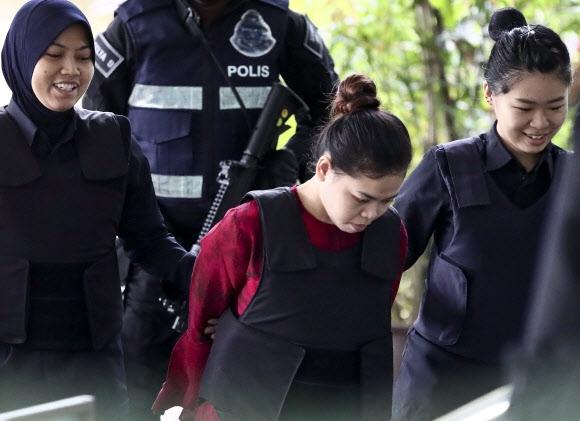 '김정남 암살' 공판 법정 도착하는 시티 아이샤 김정은 암살 사건 공판이 12일(현지시간) 말레이시아 쿠알라룸푸르 외곽 샤알람 고등법원에서 속개된 가운데 피고인 중 한 명인 인도네시아 국적 시티 아이샤(가운데)가 법정에 도착하고 있다. 쿠알라룸푸르 AP=연합뉴스