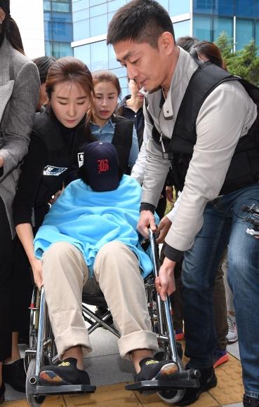 휠체어 타고 나타난 '어금니 딸' 딸의 친구를 살해하고 유기한 혐의로 구속된 이영학씨의 딸이 영장실질심사(구속 전 피의자 심문)를 받기 위해 휠체어를 타고 서울북부지법으로 이동하고 있다. 도준석 기자 pado@seoul.co.kr